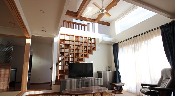 開放感を味わえる吹抜け天井と見せる収納のこだわり空間